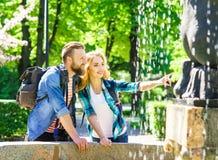 Młoda kochająca para ma datę w mieście obrazy stock