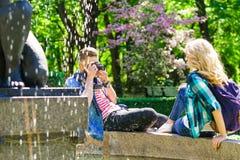 Młoda kochająca para ma datę w mieście obrazy royalty free