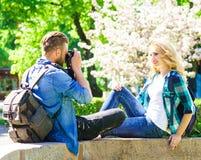 Młoda kochająca para ma datę w mieście obraz royalty free