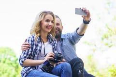 Młoda kochająca para robi selfie fotografii plenerowa zdjęcie stock