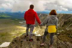 Młoda kochająca para stoi na górze turyści trzyma ręki obrazy royalty free