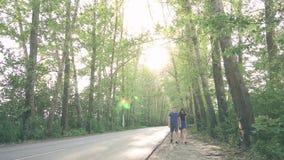 Młoda kochająca para w naturze w lecie na tle liście zbiory