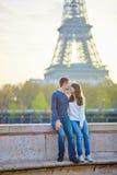 Młoda kochająca para w Paryż Obrazy Stock