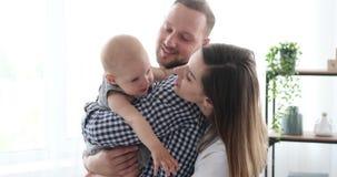 Młoda kochająca rodzina w domu zbiory wideo