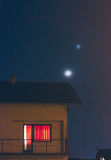 Młoda księżyc i gwiazda nad domowym dachem Fotografia Royalty Free