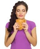 Młoda kulinarna kobieta odizolowywająca Zdjęcia Royalty Free