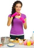 Młoda kulinarna kobieta przy kuchnią Obraz Royalty Free