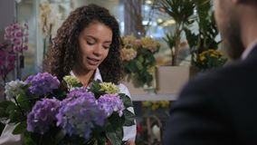 Młoda kwiaciarnia radzi nabywcy kwiatonośnej rośliny zbiory