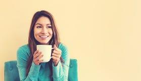 Młoda Latina kobieta pije kawę fotografia stock