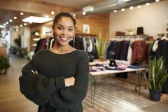 Młoda Latynoska kobieta ono uśmiecha się kamera w odzieżowym sklepie zdjęcie royalty free