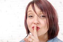 Młoda latynoska kobieta robi cisza gestowi zdjęcie royalty free