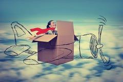 Młoda lotnik kobieta z szalika lataniem projektował samolot przy dużą wysokością obrazy stock