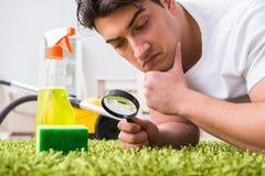 Młoda męża mężczyzna cleaning podłoga w domu zdjęcie stock