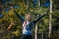 Młoda męska atleta jest szczęśliwa w rękach północni chodzący słupy Zdjęcia Royalty Free