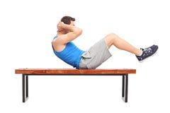 Młoda męska atleta robi żołądków chrupnięciom Zdjęcia Stock