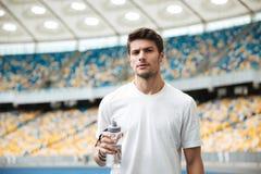 Młoda męska atlety mienia butelka woda Zdjęcia Stock