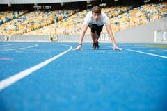 Młoda męska atlety pozycja w początek pozyci Obrazy Stock