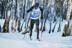Młoda męska narciarka podczas biegowego lasu w klasyka stylu Obrazy Royalty Free