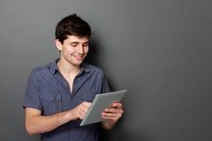 Młoda męska ono uśmiecha się używa cyfrowa pastylka Fotografia Royalty Free