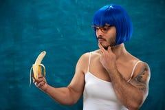 Młoda męska przecinającego opatrunku osoba jest ubranym błękitną perukę zdjęcie royalty free