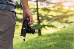 Młoda męska ręki mienia kamera, fotografa pojęcie zdjęcie royalty free