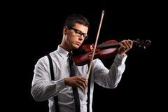 Młoda męska skrzypaczka bawić się akustycznego skrzypce Obrazy Royalty Free