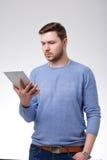 Młoda Męska Używa Cyfrowej pastylka Obrazy Stock