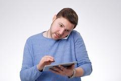 Młoda Męska Używa Cyfrowej pastylka Zdjęcie Stock