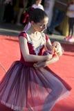 Młoda mała balerina z lalą w rękach na jawnego tana scenie Zdjęcia Royalty Free