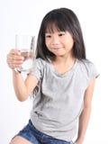 Młoda małej dziewczynki woda pitna Obrazy Stock