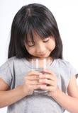 Młoda małej dziewczynki woda pitna Obraz Royalty Free