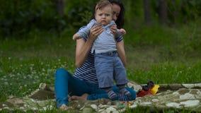 Młoda mama z Małą dziecko sztuką w ogródzie zbiory
