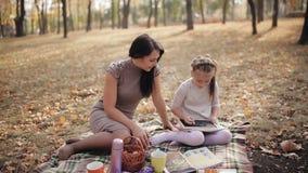 Młoda matka angażuje w podnosić córki blackboard kreda rysuje dziewczyny trochę Rodzinny wakacje w zdjęcie wideo