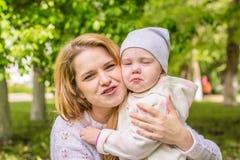 Młoda matka z dzieckiem w ona ręki Zdjęcie Royalty Free