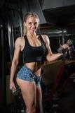 Młoda mięśniowa kobieta robi treningowi Fotografia Royalty Free