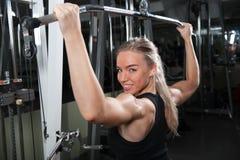 Młoda mięśniowa kobieta robi treningowi Fotografia Stock