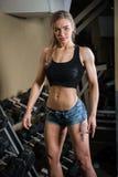 Młoda mięśniowa kobieta robi treningowi Zdjęcia Royalty Free