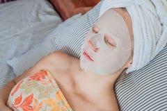 Młoda miedzianowłosa kobieta relaksuje na łóżku Szkotowa maska na jej twarzy Obraz Royalty Free