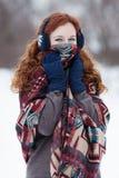 Młoda miedzianowłosa kobieta w błękitnych hełmofonach Obraz Royalty Free