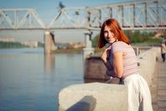 Młoda miedzianowłosa kobieta w parku obraz stock