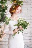 Młoda miedzianowłosa panna młoda w prostej biel koronki sukni Obraz Royalty Free