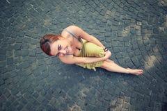 Młoda modna kobieta jest usytuowanym i ono uśmiecha się Obrazy Stock