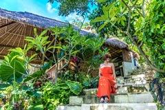 Młoda modna kobieta w czerwieni sukni w tropikalnym ogródzie Portret relaksuje na Bali wyspie szczęśliwa kobieta, Indonezja Obrazy Stock