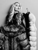 Młoda modna seksowna ładna kobieta z pięknym długim kędzierzawym blondynka włosy w talia żakiecie Burgundy lub czerwony futerkowy fotografia royalty free