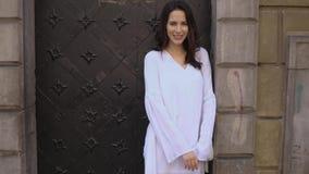 Młoda modna szczęśliwa i uśmiechnięta kobieta pozuje w miasto ulicie zdjęcie wideo
