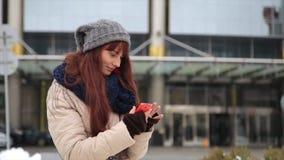 Młoda modniś dziewczyna z smartphone na uliczny ono uśmiecha się przy kamerą zbiory wideo