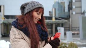 Młoda modniś dziewczyna z smartphone na uliczny ono uśmiecha się przy kamerą zbiory