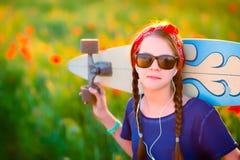 Młoda modniś dziewczyna z warkoczami w okularach przeciwsłonecznych i czerwona szarfa na h Obrazy Stock