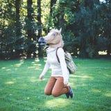Młoda modnisia konia maski kobieta w jesieni fotografia royalty free