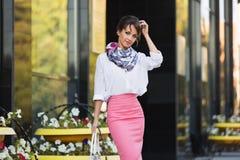 Młoda mody biznesowa kobieta w białej bluzce i ołówek omijamy obraz royalty free